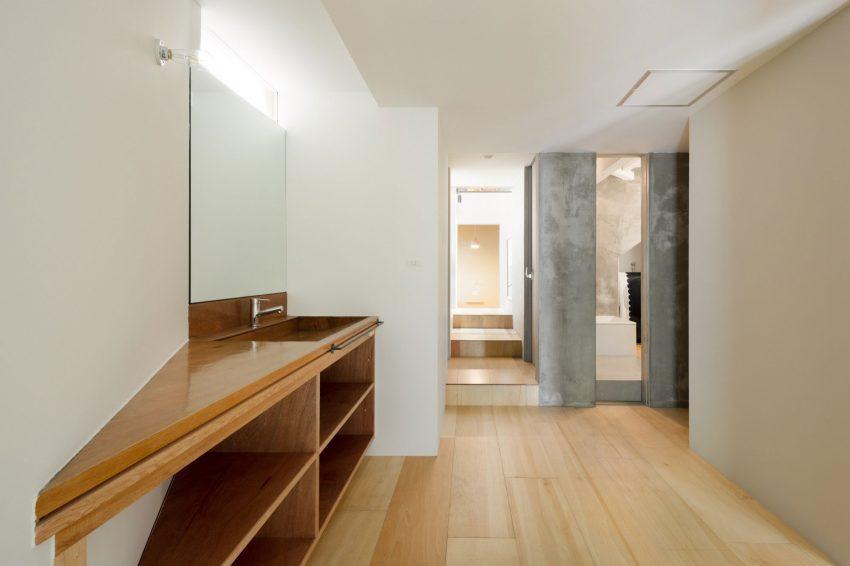 La zona del escusado y de ducha, separadas con dos diseños muy diferentes.