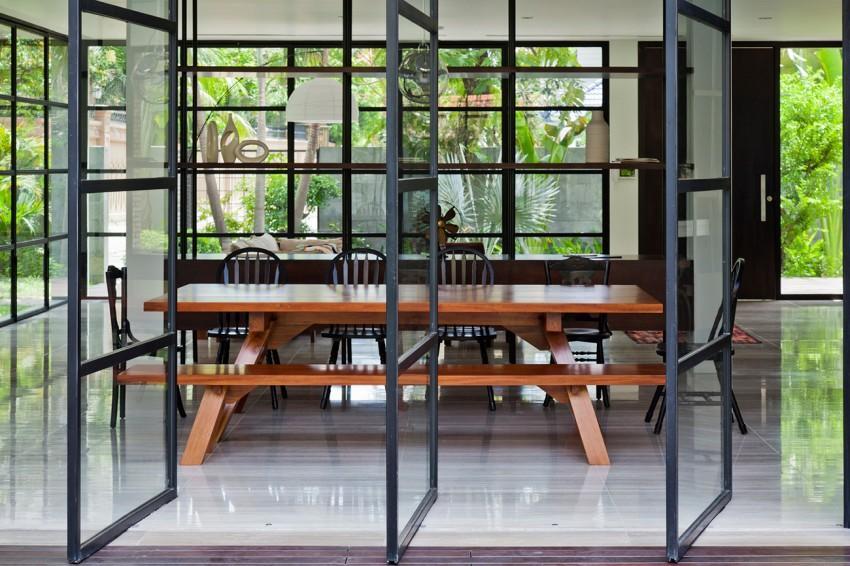 Un primer plano, de las puertas pivotantes que dan acceso al jardín.