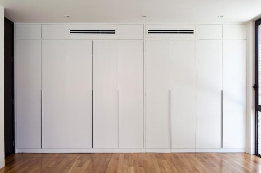 Dormitorios con armarios a medida con puertas lacadas en color blanco de acabado mate.
