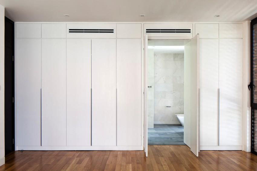 En la imagen, la puerta de acceso al baño camuflada en el armario.