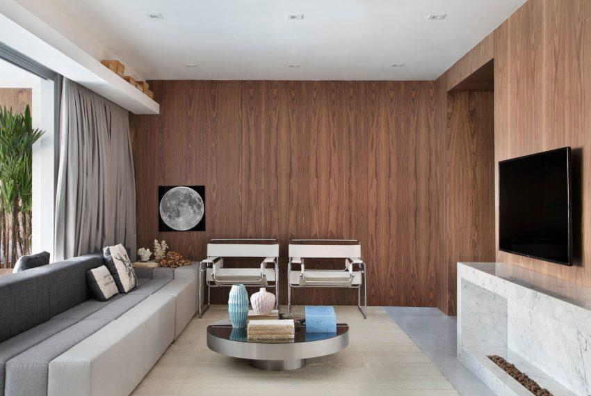 Decoración casi minimal, con una mirada al pasado, reflejada el el par de sillones Vassily, con tapicería de piel blanca.