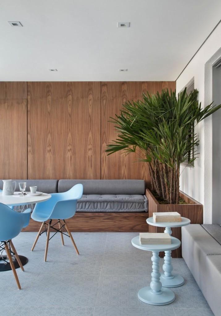 Toques de color pastel, en un ambiente donde dominan, los tonos de la madera y los grises.