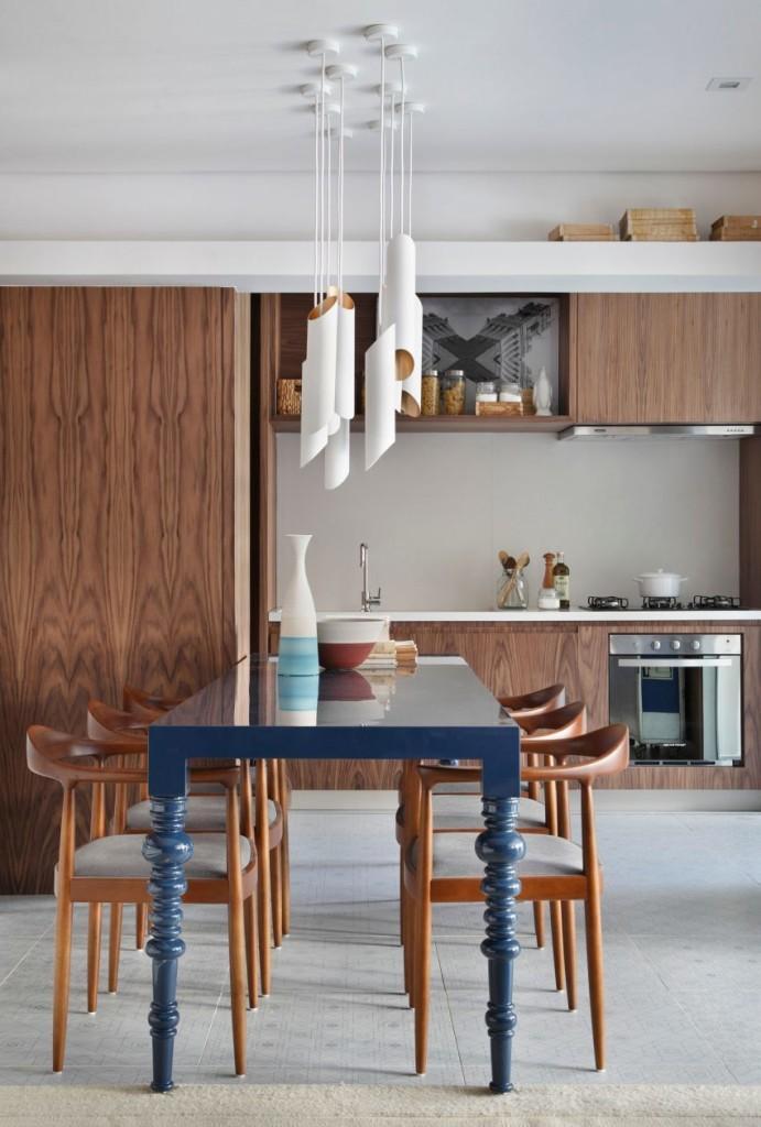 La madera, también panela los frontales, de los muebles de la cocina.