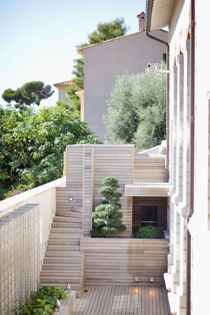 Un interesante diseño de patio, con zonas ajardinadas.