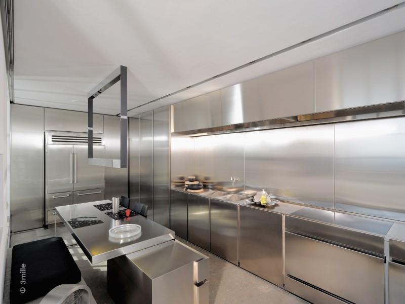 El acero inoxidable es el material estrella de esta cocina contemporánea.
