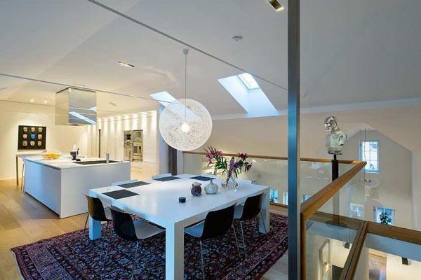Cocina y comedor comparten espacio en el altillo.