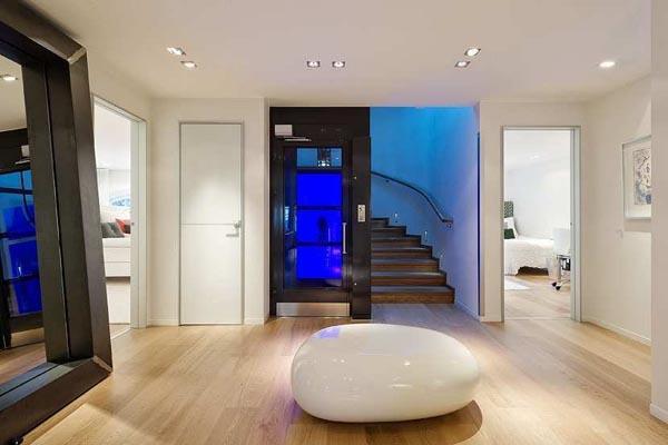 Paredes y techos blancos coordinados con un suelo de madera en tonos claros.