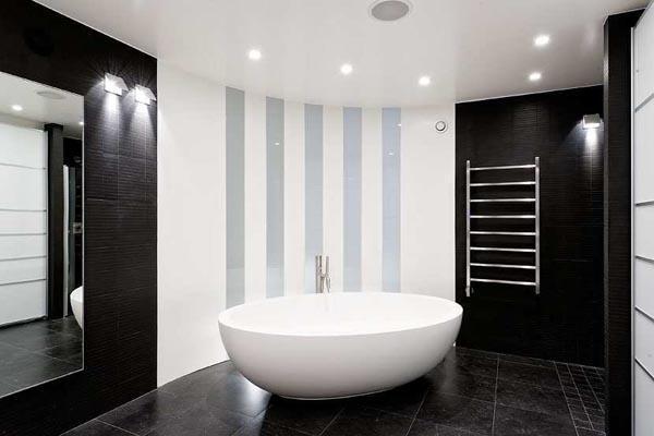 El dormitorio principal, cuenta con un cuarto de baño, con una original bañera.
