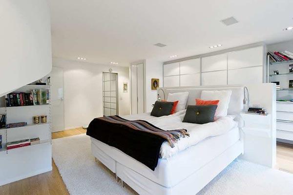 Uno de los amplios dormitorios con los que cuenta esta vivienda.