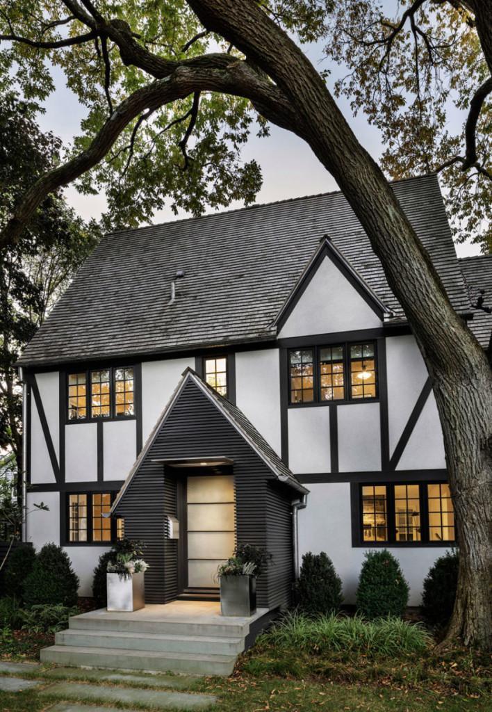 Fachada clásica, de la antigua casa a la que se le practicó la moderna ampliación.