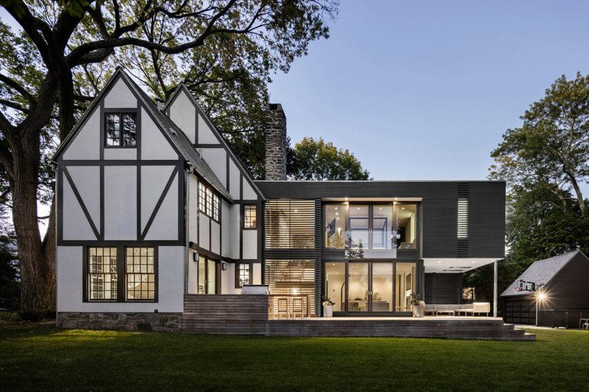 La casa tradicional en en color blanco y la moderna en gris oscuro.