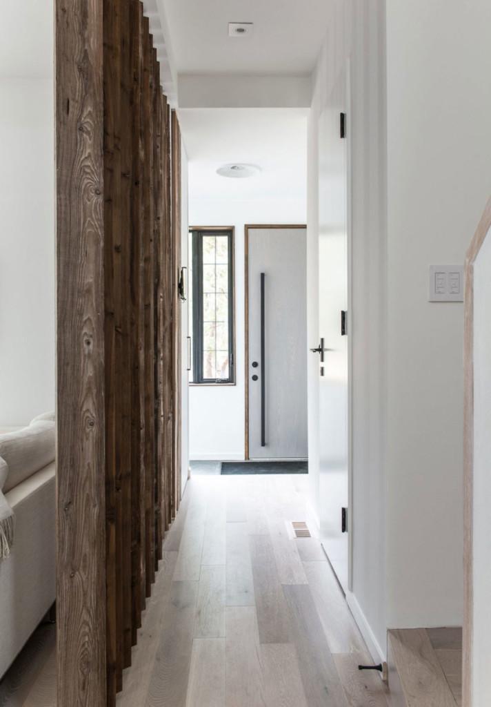 Suelos, perfiles y detalles decorativos de madera, como seña de identidad de esta vivienda.
