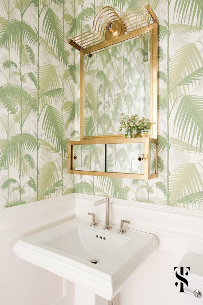 En el cuarto de baño, la nota fresca la pone el vistoso papel pintado, que cubre las paredes.
