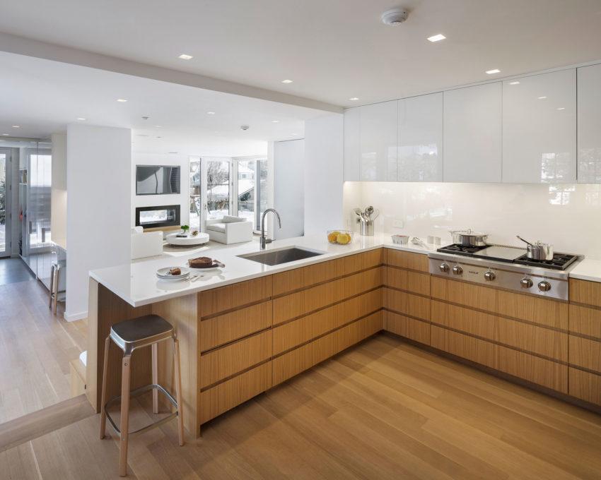 Cómoda cocina con encimera blanca y armarios de madera