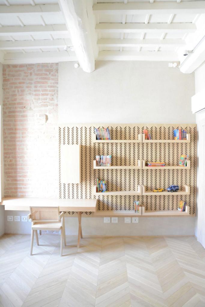 La madera de tonos claros y el blanco incrementan la luminosidad de esta estancia.