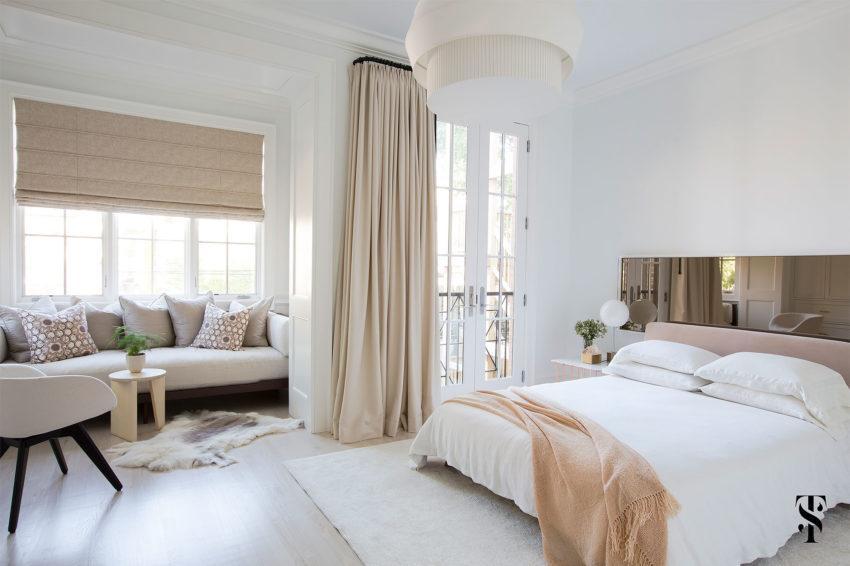 Dormitorio principal, con un balcón y una acogedora sala de estar.