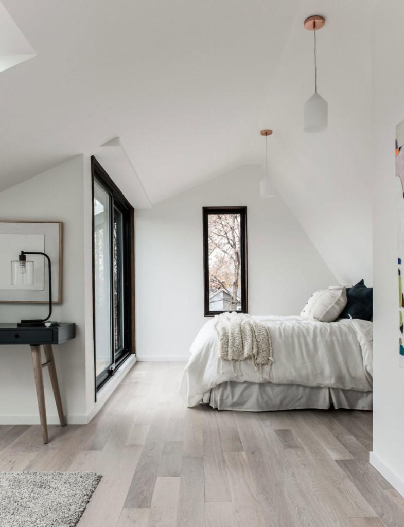 Dormitorio principal, con una mullida cama y suelos de madera.