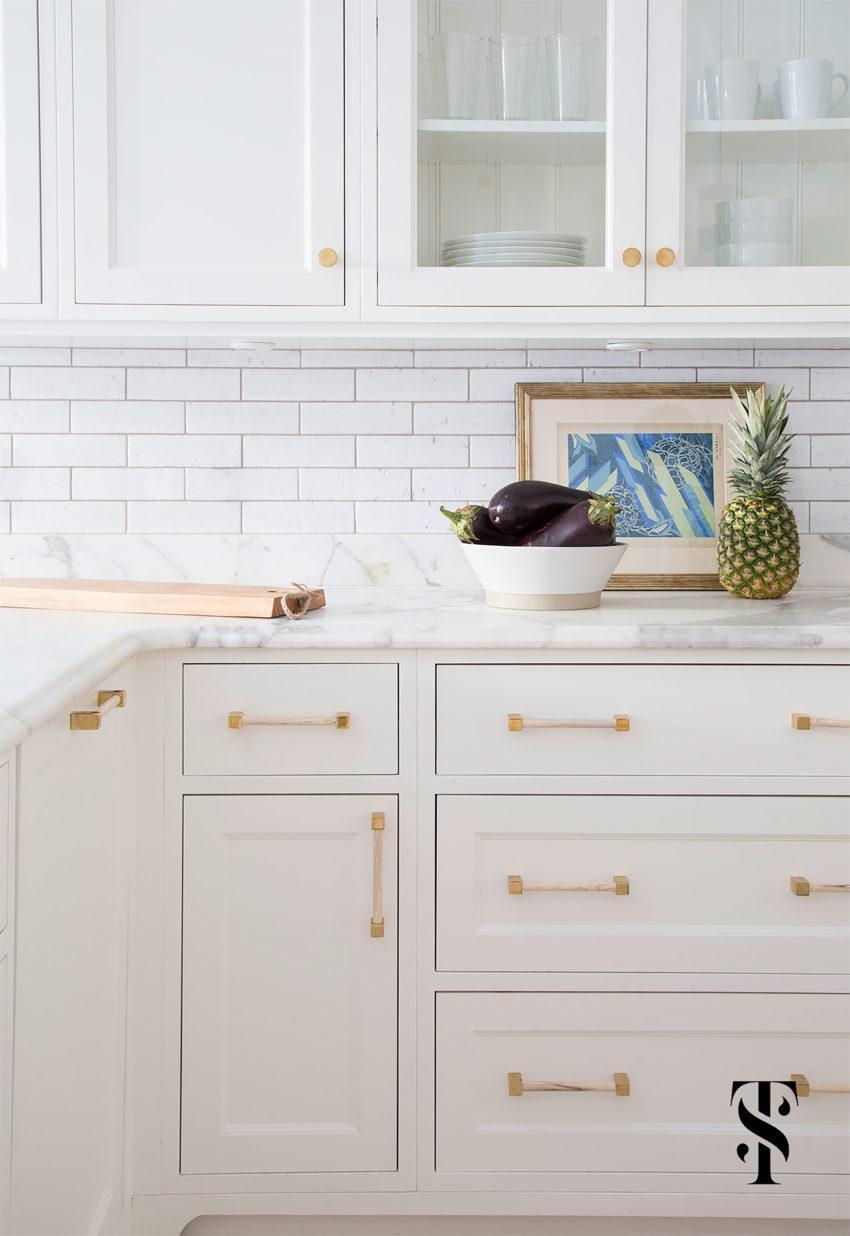 Elegante cocina en muebles blancos y encimera de mármol ...