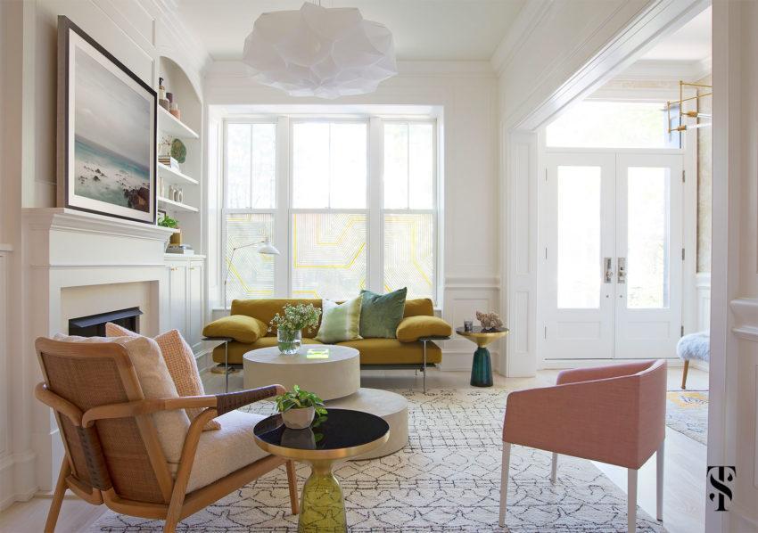 Un elegante salón, con una interesante combinación de muebles.