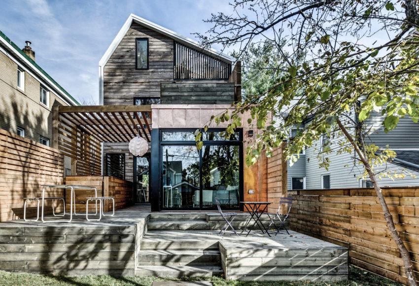 Imagen del patio posterior de la casa, donde la madera en diferentes tonos es el material predominante.