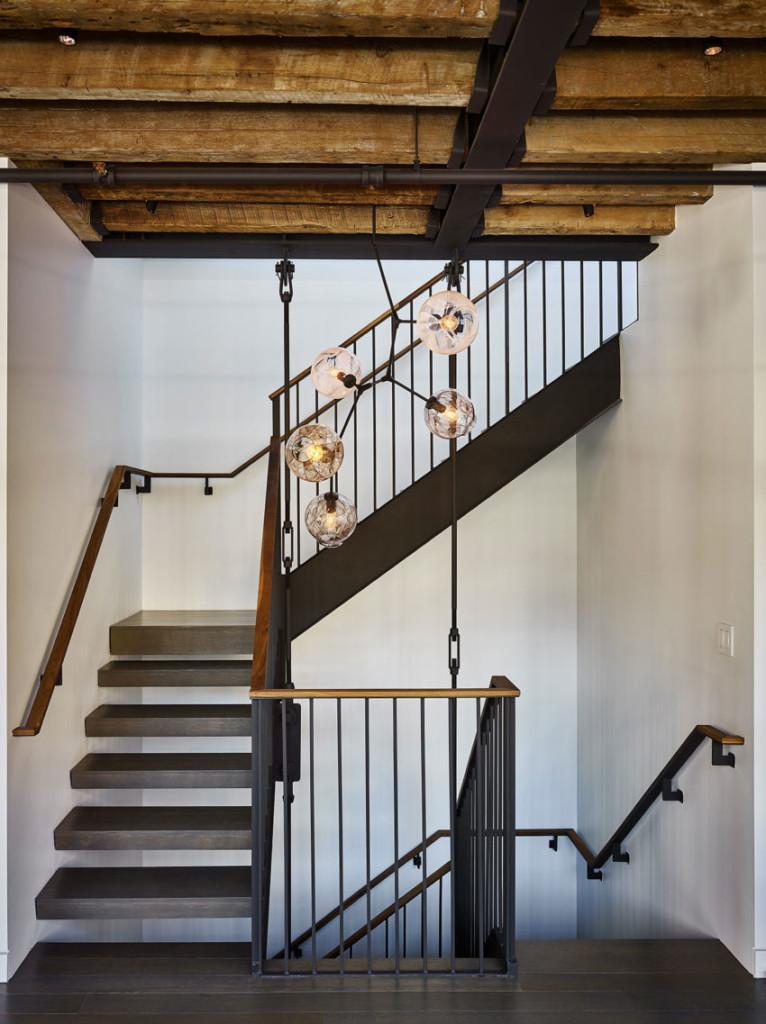 Escaleras de madera oscura y metal.