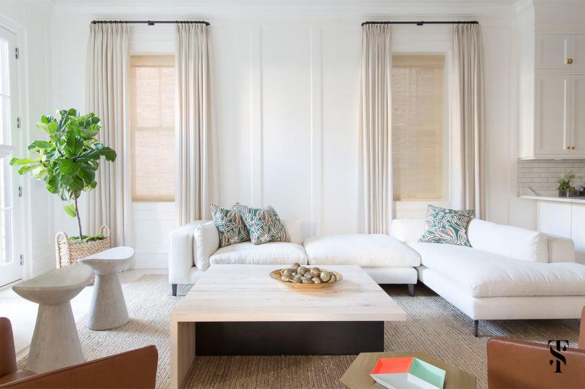 En las ventanas unas cortinas en tonos neutros, y persianas de fibras naturales.