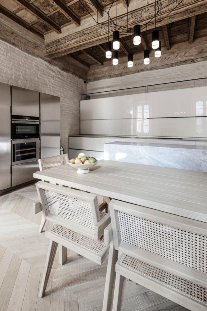 Muebles de comedor y cocina, en acero inoxidable, laca blanca, madera y mármol.
