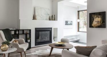 Sala decorada en tonos claros y con chimenea