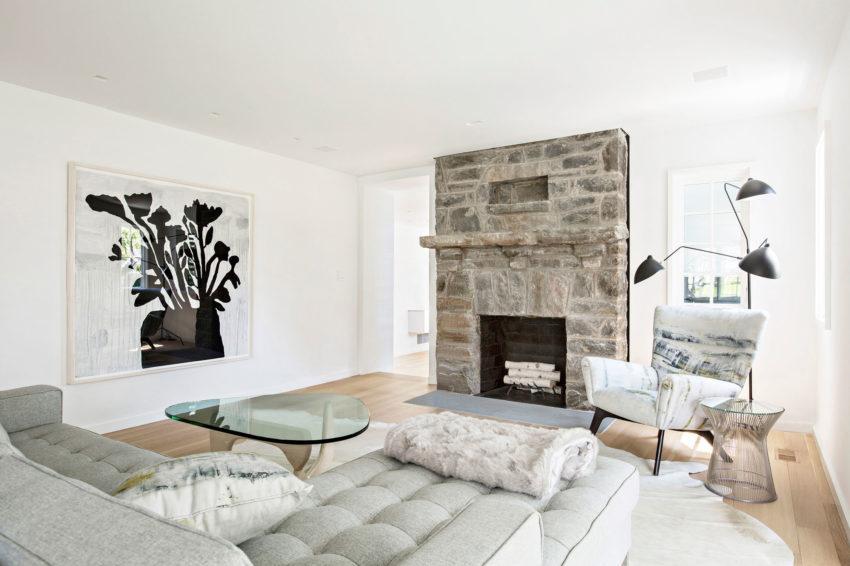 Simple y elegante sala de estar con chimenea de piedra.