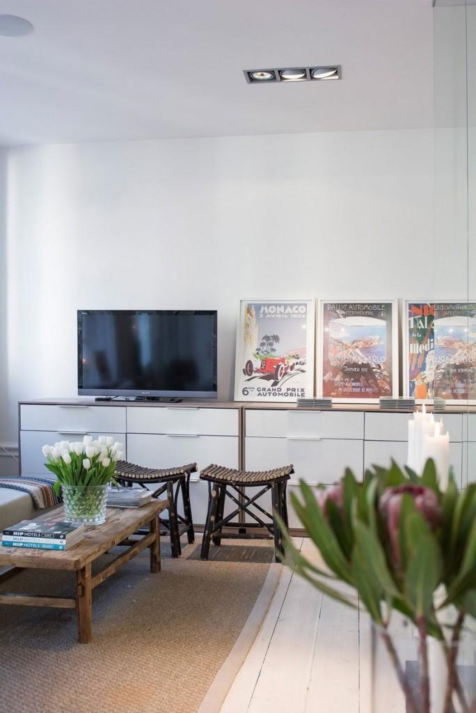 La sala de estar, se mueve entre lo rústico y lo moderno.