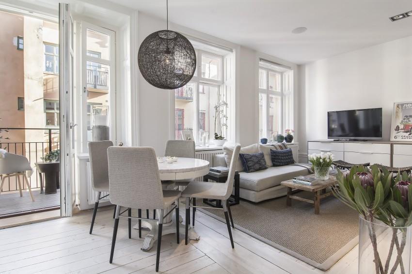 Una tarima formada por tablas de madera blanqueada, cubre el suelo del apartamento.