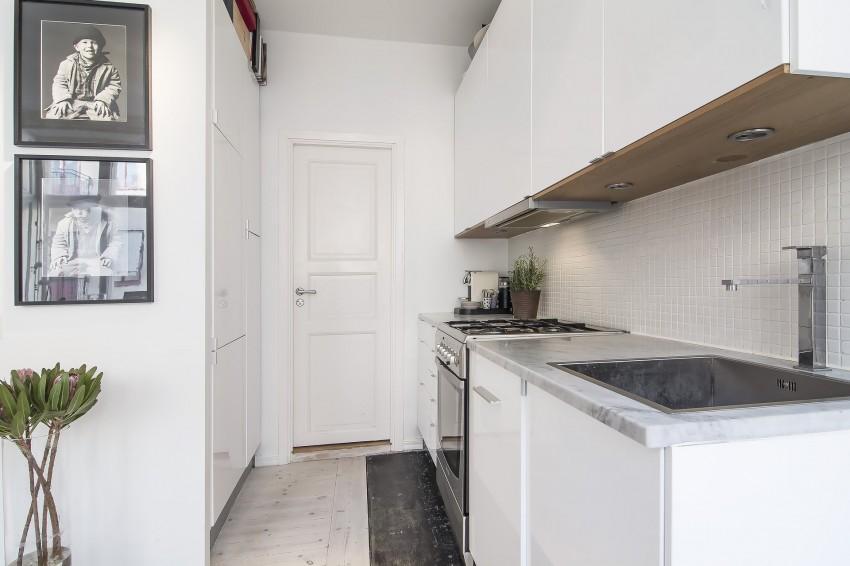 Paredes y techo de color blanco, en este pequeño apartamento.