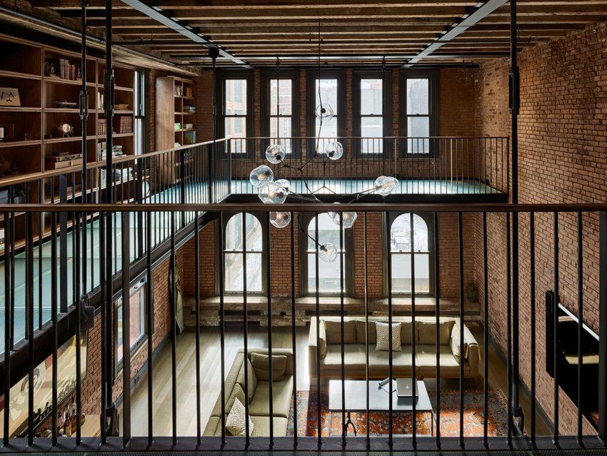 Vista general del salón y de la galería que alberga la biblioteca.